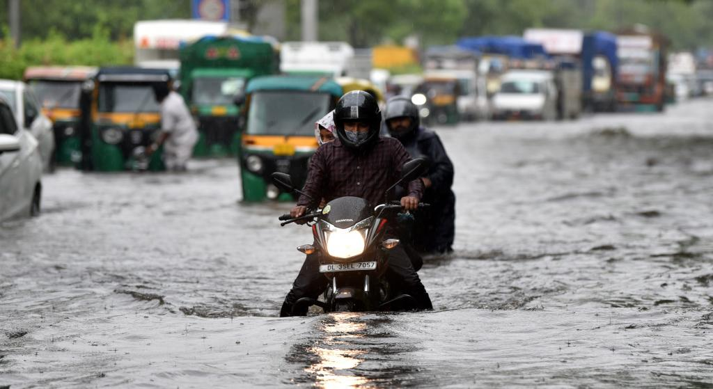 The city received 69.9 millimetres of rain in 24 hours; the temperature dropped to 26.5 degrees Celsius from 36.4°C the previous day. This was eight degrees below normal for this time this year, according to India Me-teorological Department (IMD). Photo: Vikas Choudhary