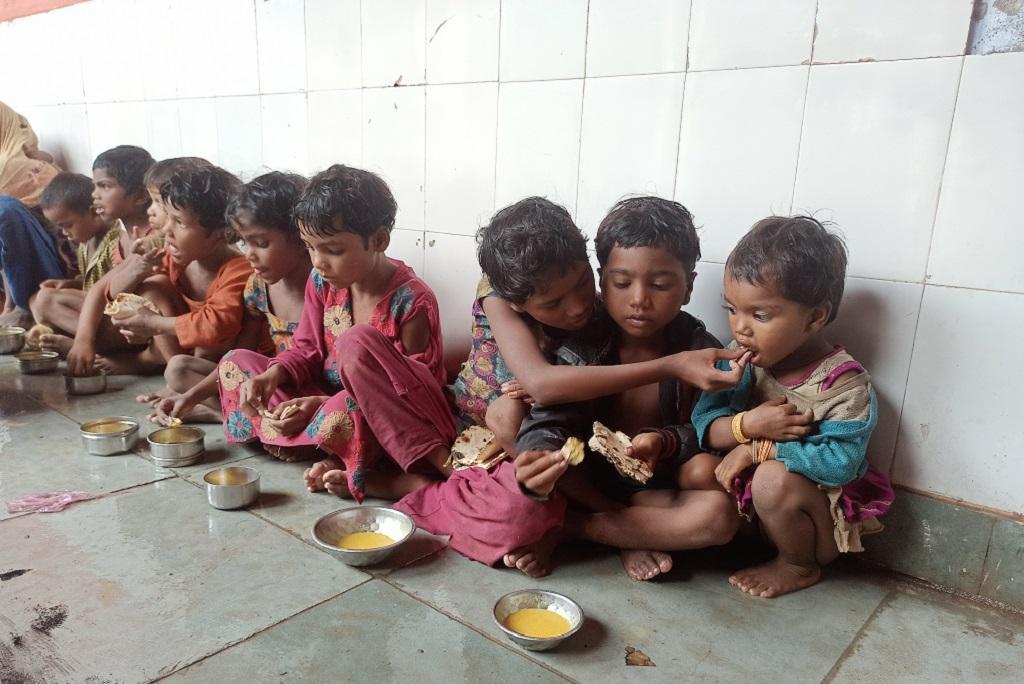 श्योपुर के पहला गांव में राहत शिविर में ठहरे बच्चों को जब सामाजिक कार्यकर्ता ने खाना दिया, तो एक बच्ची ने पहला निवाला तोड़कर अपने पड़ोस के बच्चे को खिलाया। फोटो: राकेश मालवीय