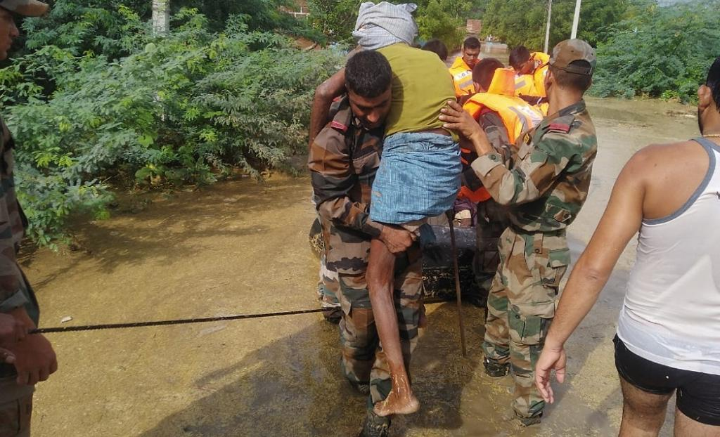 Indian Army soldiers rescue marooned villagers in Madhya Pradesh. Photo: @adgpi / Twitter