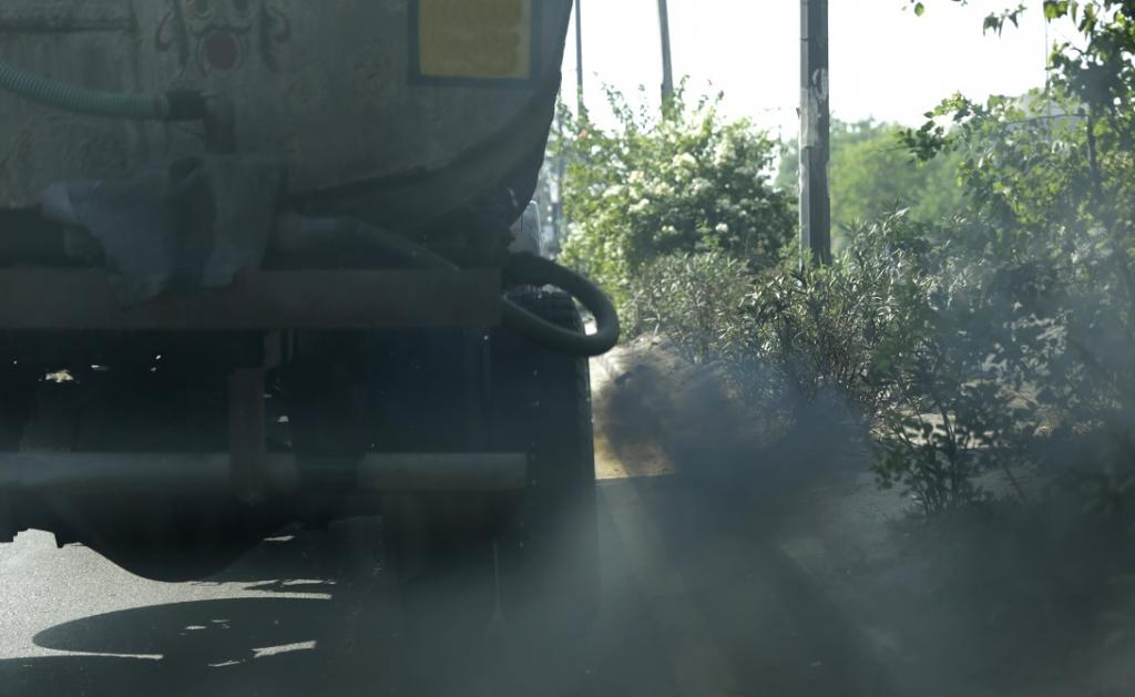 A truck belching out smoke in Delhi. Photo: Vikas Choudhary / CSE