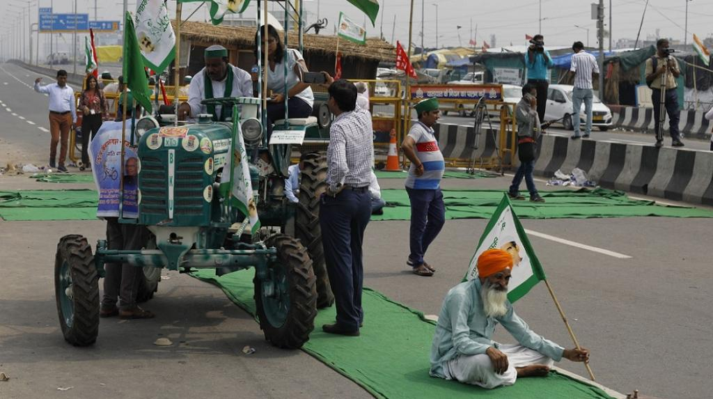 """Leaders of the SKM declared the bandh a success and as having nailed the """"lie of the government's propaganda"""". Here, a journalist gives a piece to camera from atop a tractor at Ghazipur. Photo by Vikas Choudhary / CSE"""