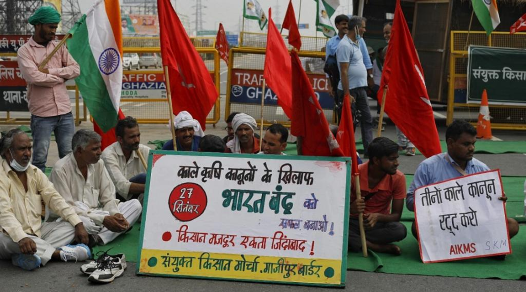 Farmers from Samyukt Kisan Morcha (SKM), the joint front of farmer unions as well as trade unions, organisations of youth and students and political parties, held joint protests. Here, members of SKM sit in protest at Ghazipur, which is on the National Highway 24. Photo by Vikas Choudhary / CSE