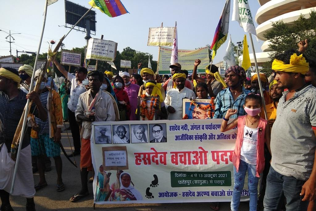दस दिन पैदल चल कर आदिवासी रायपुर पहुंच गए हैं। फोटो: अवधेश मलिक