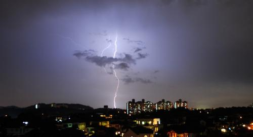 प्रदूषण से बढ़ रही हैं आकाशीय बिजली की घटनाएं