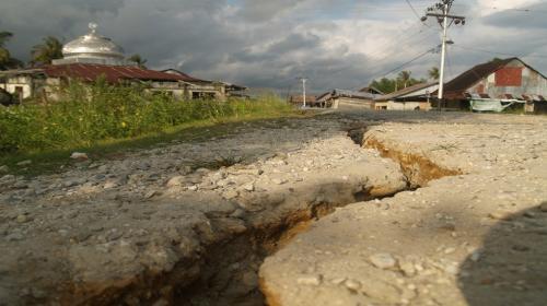 Earthquake, tsunami kill 844 in Indonesia