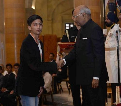 Akash Manoj receiving an award from President Ram Nath Kovind