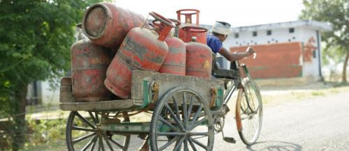 Govt admits refilling LPG cylinders under Ujjwala a challenge, plans a new scheme