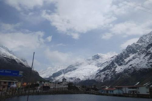 बद्री-केदार में गिरी बर्फ, चार धाम यात्रा के प्रभावित होने के आसार