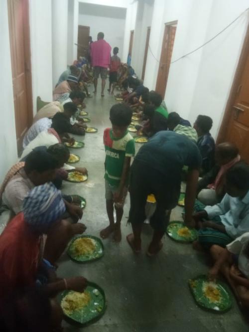 Cyclone-affected people eat at a shelter in Odisha. Photo: Ashis Senapati