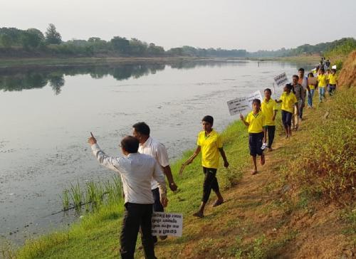 नदी को बचाने के लिए पैदल चल रहे हैं लोग