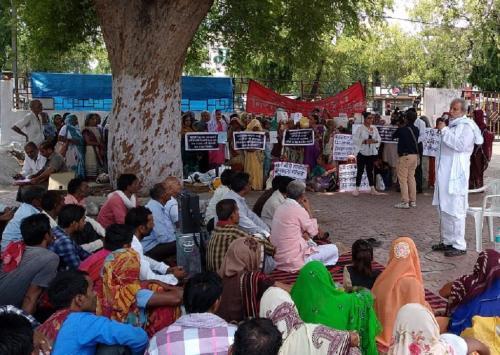मध्यप्रदेश में अपनी अधिग्रहित जमीन क्यों वापस मांग रहे आदिवासी और किसान