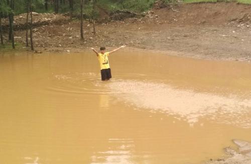 जल संकट का समाधान: युवाओं ने संभाली कमान, पहाड़ पर बना दी खाल-चाल