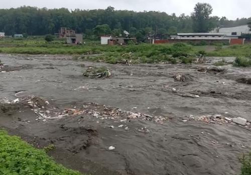 सुसवा नदी में बह कर आ रहा है प्लास्टिक, खेती को नुकसान