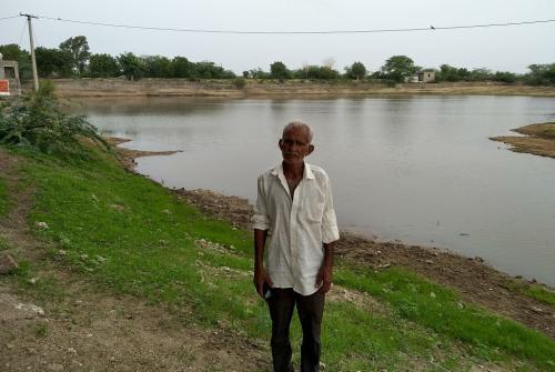 अकेले ही तालाब को किया कचरा मुक्त, अब गांव वाले देते हैं साथ