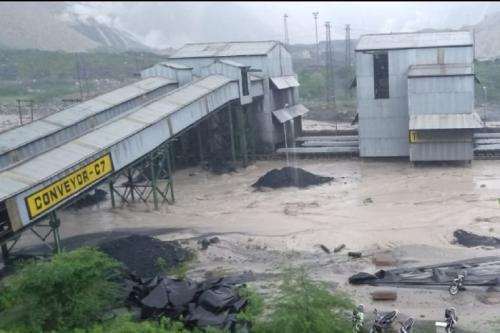 कोयला खदान में घुस गई नदी की धारा, भारी नुकसान का अंदेशा