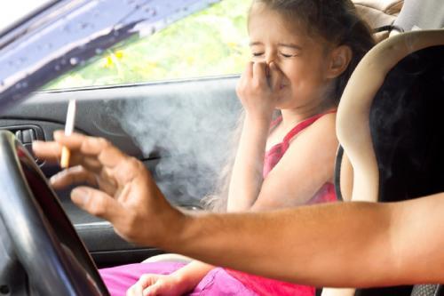 आपके बच्चों की आंखों के लिए खतरा बन सकता है आपका धूम्रपान करना: शोध