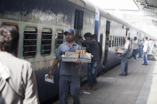 60 लाख वेंडरों की रोजी पर संकट, फर्म को प्राथमिकता दे रहा रेलवे