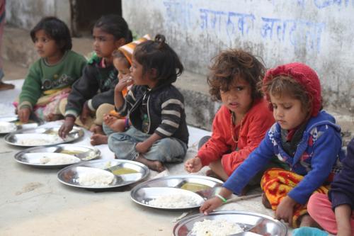 कोरोनावायरस का साइड इफेक्ट: मध्यप्रदेश में सत्ता के खेल में भूखे न रह जाएं बच्चे?