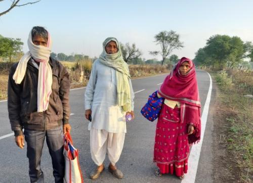 सैंकड़ों किमी पैदल चल कर गांव आ रहे प्रवासी, डूंगरपुर बॉर्डर पर 4 दिन में आए 18 हजार प्रवासी