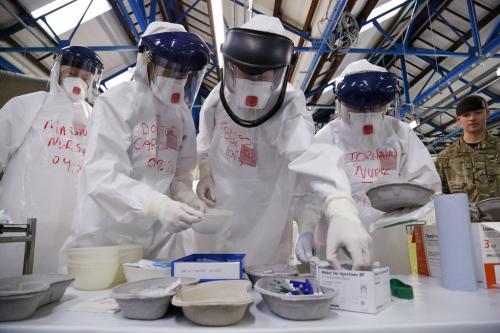 कोरोना महामारी: केंद्र ने डॉक्टरों के सुरक्षा उपकरणों में कमी की बात स्वीकारी, बताई यह वजह