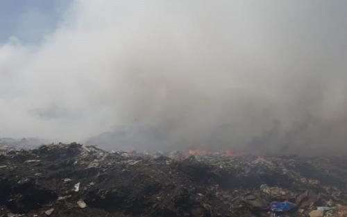 24 दिन से जल रहा है कचरा, लॉकडाउन में भी प्रदूषण झेल रहे हैं लोग
