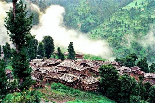 हिमाचल का यह गांव, जहां इंसान या चीजों को छूने पर लिया जाता है जुर्माना