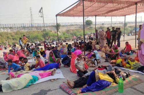 पथ का साथी: लौटते प्रवासियों की दिक्कतें कम करने में जुटे ग्रामीण