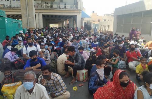 कितना मुश्किल है गुजरात से लौट रहे प्रवासियों को श्रमिक ट्रेन तक पहुंचना