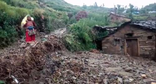 उत्तराखंड में भारी बारिश से टूटे रास्ते, जनजीवन अस्त-व्यस्त