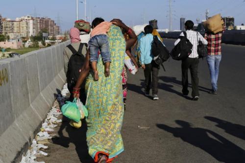 """दिल्ली में """"रोजगार बाजार"""", प्रवासी मजदूरों से लौटने की अपील"""