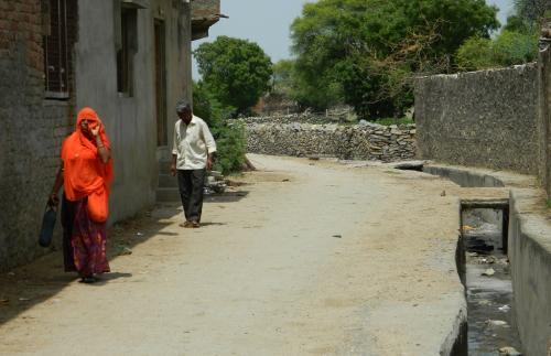 मनरेगा: ग्रामीणों ने बिछा दिया गांव में नालियों का जाल