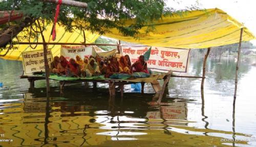 मध्यप्रदेश: पानी के बीच अनशन पर बैठी हैंपिछोड़ी गांव की महिलाएं