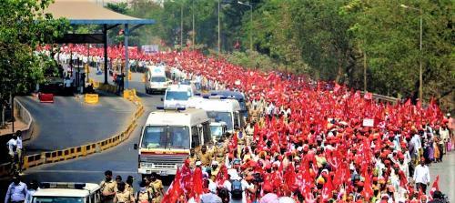 केंद्र के तीन नए कृषि बिलों के खिलाफ दिल्ली के लिए किसानों का कूच, सीमाओं पर पुलिस की चौकसी