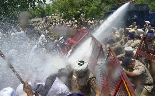 Protesting farmers to enter Delhi after long confrontation with police