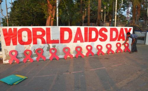 विश्व एड्स दिवस: कोविड-19 से भी अधिक जानलेवा साबित हो रही है यह महामारी