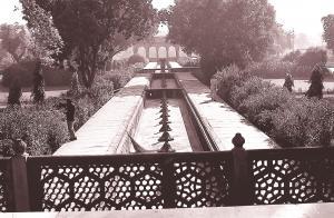 डीग की बहुत ही उत्तम तकनीक वाली जलापूर्ति व्यवस्था के अवशेष। महल के अंदर का एक फव्वारा, जिसमें ऊंचाई पर स्थित एक जलाशय से पानी आता था।