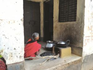 देश के 13.4 लाख आंगनवाड़ी केंद्रों में भोजन तैयार करने के लिए ठोस ईंधन आधारित चूल्हों का इस्तेमाल होता है। यहां वायु प्रदूषण का स्तर सुरक्षित मानकों से कई गुना अधिक पाया गया