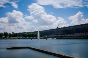 विद्युत उत्पादन के साथ ही मैसूर एवं बंगलूरू जैसे शहरों को पेयजल आपूर्ति करने वाला कृष्णराज सागर बांध सर मोक्षगुंडम विश्वेश्वरैया के तकनीकी कौशल और प्रशासनिक योजना की सफलता की कहानी कहता है। Credit: Ashwin Kumar/ Flickr