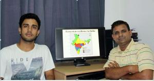 डॉ मनीष गोयल (दाएं) और आशुतोष शर्मा (बाएं) पारिस्थितक तंत्र से जुड़े अपने बनाए हुए मानचित्र के साथ