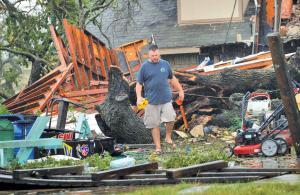 टेक्सास में हार्वी 26 अगस्त को रॉकपोर्ट से टकराया।  हार्वी तूफान से हुआ नुकसान करीब 9,72,150 से 11,66,580 लाख करोड़ रुपये का है (रॉयटर्स)