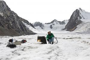 एक ग्लेशिओलॉजिस्ट हिमाचल प्रदेश के सुतरी ढाका ग्लेशियर में मशीन से खुदाई करता हुआ ताकि इनके अंदर तापमान के अंतर को रिकॉर्ड किया जा सके (फोटो: श्रीकांत चौधरी / सीएसई)