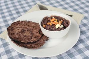 मड़ुआ से रोटी और स्वादिष्ट हलवा बनाया जाता है (फोटो: विकास चौधरी / सीएसई)