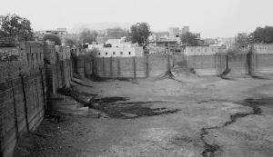जोधपुर का विशाल जलाशय बाईजी का तालाब महाराजा मान सिंह की बेटी ने 1877 में बनवाया था। 1955 तक इसका पानी पीने के काम आता था, पर अब इसे बेकार छोड़ दिया गया है (फोटो: अनिल अग्रवाल)