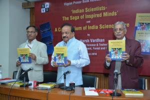 'इंडियन साइंटिस्ट्स- द सागा ऑफ इंस्पायर्ड माइंड्स' पुस्तक का लोकार्पण करते हुए प्रो. आशुतोष शर्मा, डॉ हर्षवर्धन और श्री चंदरमोहन