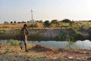 कुंभरिया गांव में किसान पंप से पानी निकाल रहे हैं और निचले क्षेत्र में उसका संग्रहण कर रहे हैं ताकि रबी की फसल के अंतिम चरणों में सिंचाई की जा सके (फोटो: जितेंद्र / सीएसई)