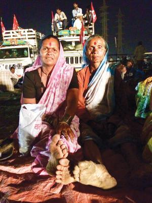 पारोबाई शंकर पवार (बाएं) और कलाबाई गुम्दे  (दाएं) नासिक के परमोरी गांव से चलकर मुंबई पहुंचीं ताकि सरकार से उस जमीन का मालिकाना हक मांग सकें जिस पर वह बरसों से जुताई कर रही हैं   (फोटो: निधि जम्वाल)