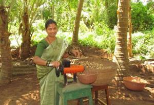 नारियल डीहस्कर का उपयोग करते हुए महिला