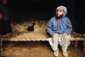 मुहम्मद अख्तर जम्मू एवं कश्मीर में बकरीपालक बकरवाल समुदाय से ताल्लुक रखते हैं। वह कठुआ में बलात्कार के बाद मारी गई लड़की के पिता हैं (फोटो: ईशानी कसेरा / सीएसई)