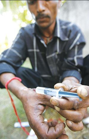 सरकार का दावा है कि उसने पिछले डेढ़ साल में दो लाख से ज्यादा नशा पीड़ितों का इलाज किया है (रॉयटर्स)