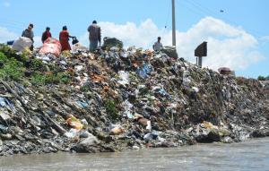 घर के पास कचरा डालने का बढ़ता विरोध